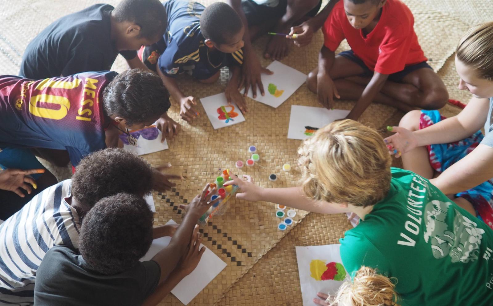 Voluntarias de Projects Abroad juegan a la pelota con niños de una guardería en lugar de un voluntariado en orfanatos